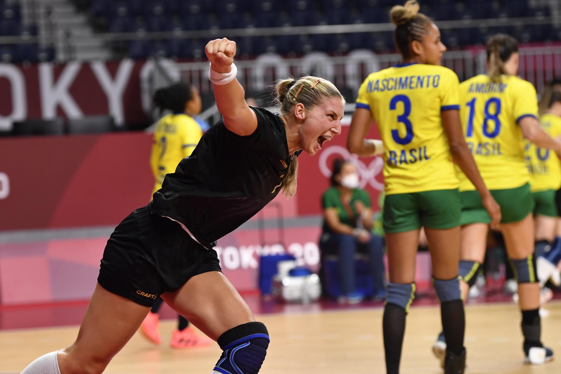 Linn Blohm firar ännu ett mål mot Brasilien. Matchen slutade 34–31 till Sverige, som nu är klart för kvartsfinal.