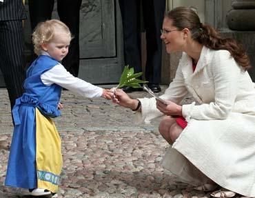 inte farlig Den lilla flickan som kom fram till kungabarnen överlämnade buketter med liljekonvaljer till Victoria och Madeleine. Carl Philip blev utan.