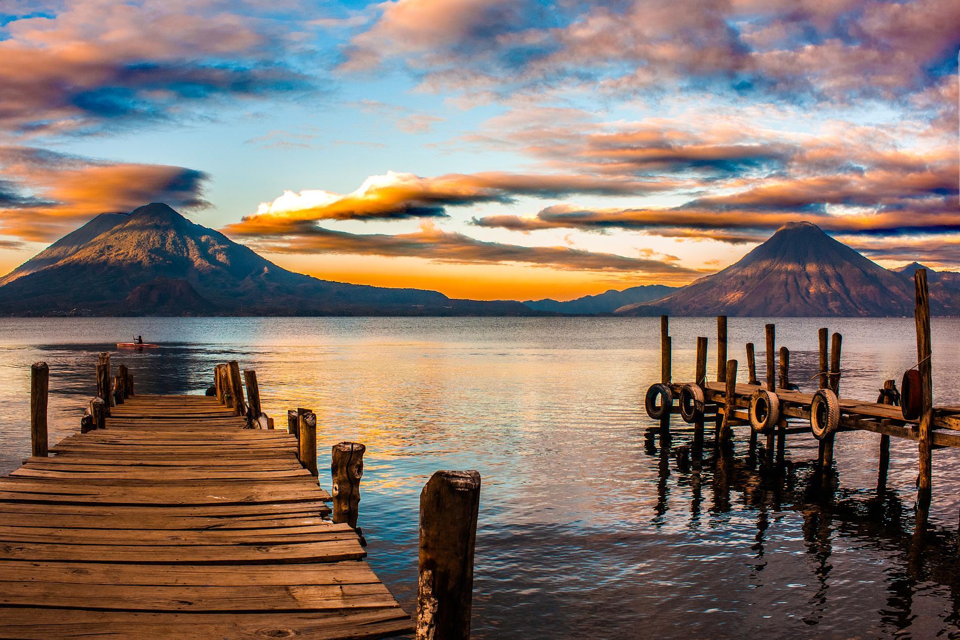 Från Atitlánsjön kan du se flera vulkaner.