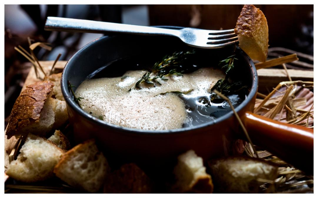 Dopp i grytan ger härlig smak till brödbitarna.