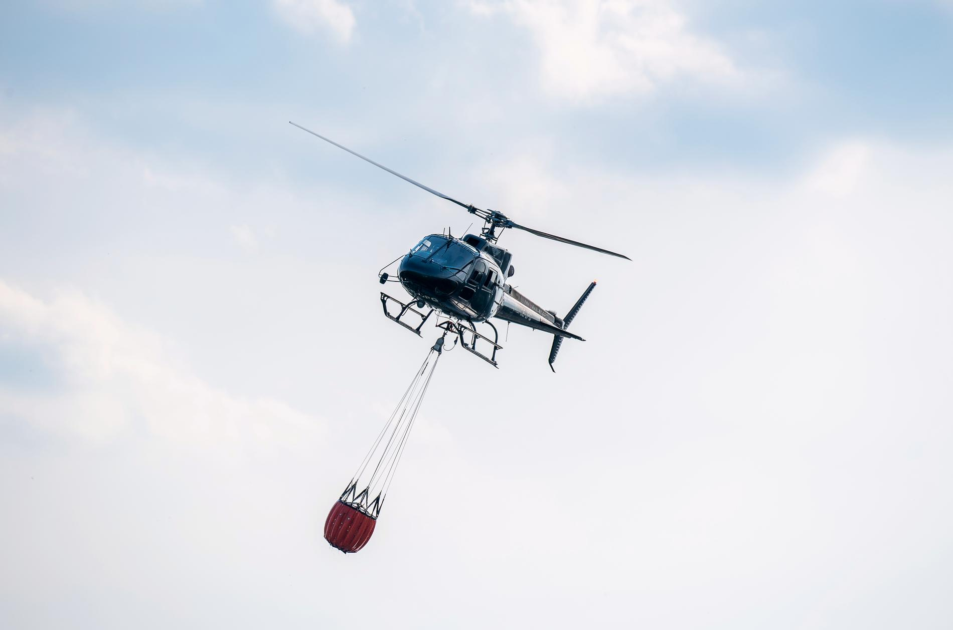 Två helikoptrar har vattenbombat en brand i Ragunda i Jämtland. Bilden är från ett annat tillfälle. Arkivbild.