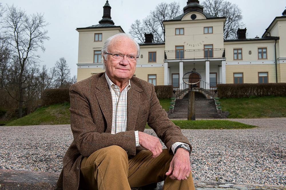 Här poserar kungen framför Stenhammar slott i Flen – hans och drottningens privata paradis sdit allmänheten nu bjuds in på konsert.