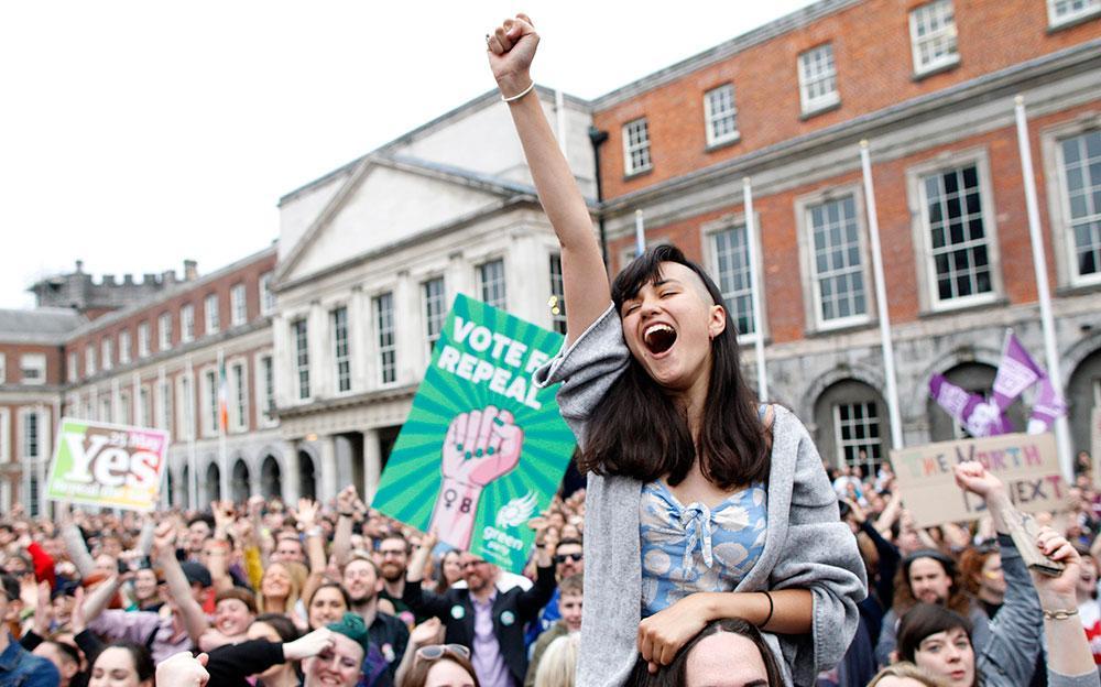 Kvinnor skrek av glädje när Irland röstade ja till laglig abort.