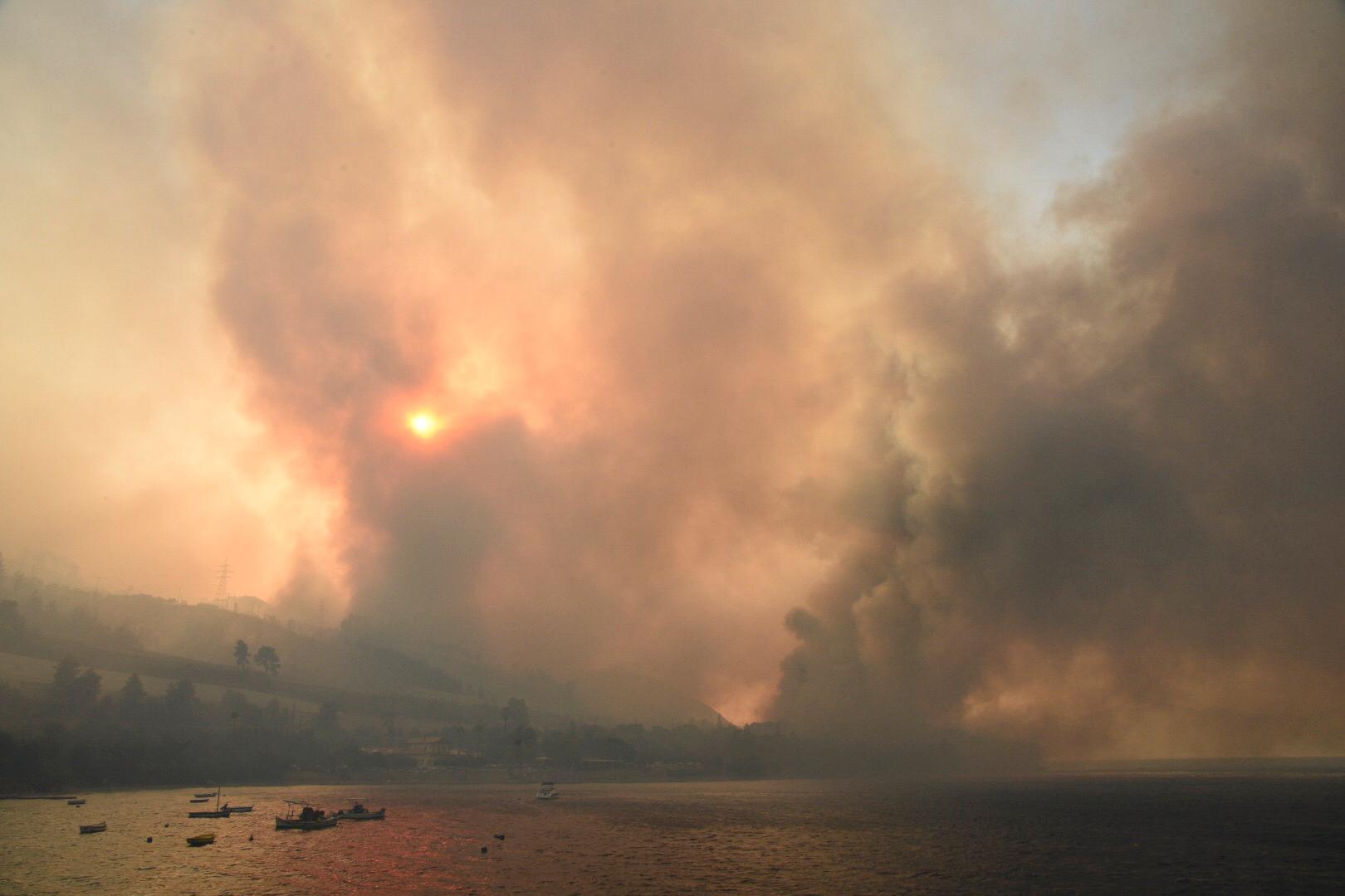 Skogsbränderna härjar tvärs över södra Europa. Här nära byn Lampiri i Grekland.