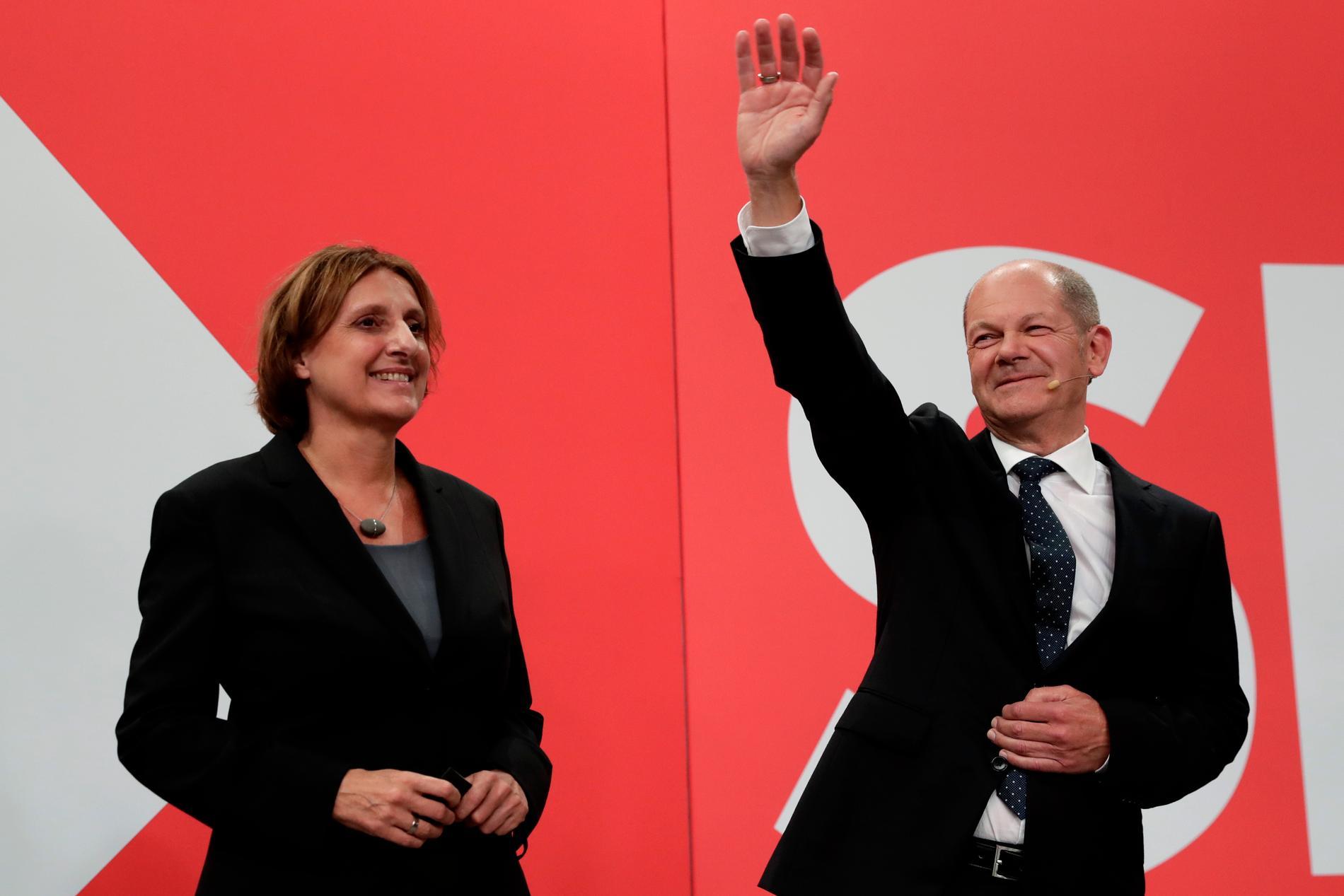 Olaf Scholz, finansminister och partiets SPD:s kandidat till ny förbundskansler. Här står han  bredvid sin fru Birgitta vid socialdemokratiska partiets högkvarter i Berlin och vinkar han till sina anhängare på valdagen söndag den 26 september.