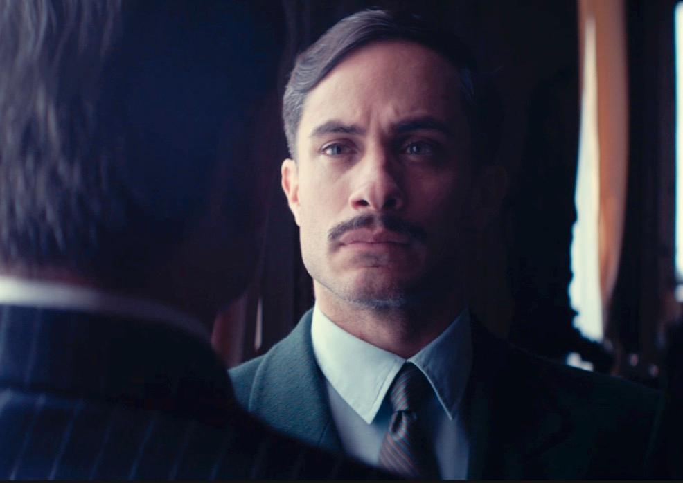 Gael García Bernal spelar polis som jagar Pablo Neruda i konstnärlig film om Chile.