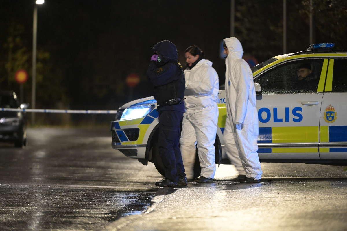 Polisen på plats efter första fyndet 20 oktober.
