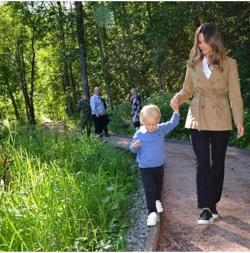 På måndag fyller lille prins Gabriel 3 år, men redan nu har han fått prova på det kungliga jobbet.