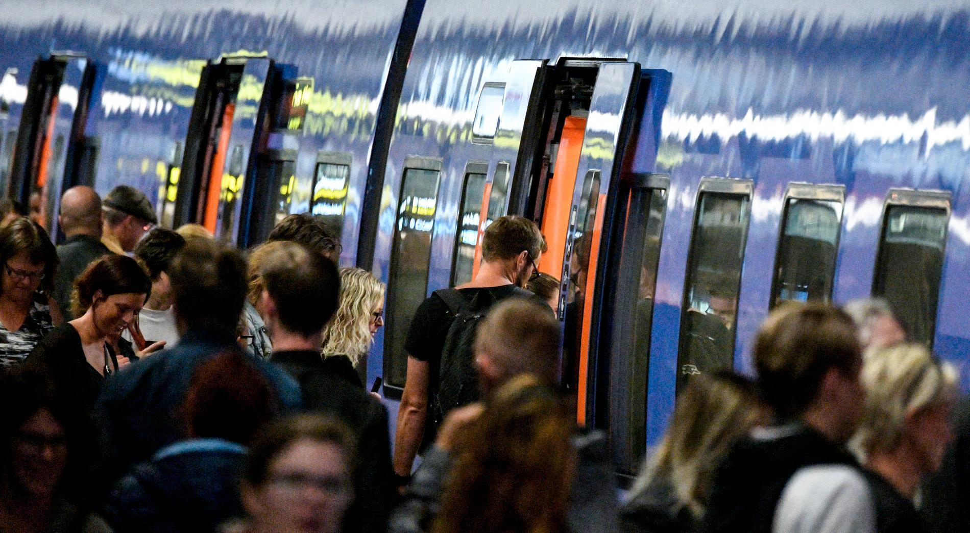 Passagerare vid ett Pågatåg på Malmö C