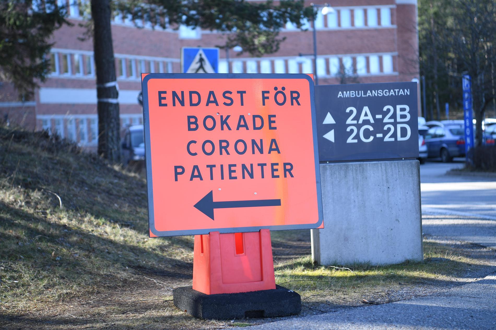 Informationsskyltar för coronapatienter vid Karolinska universitetssjukhuset i Huddinge. Arkivbild.