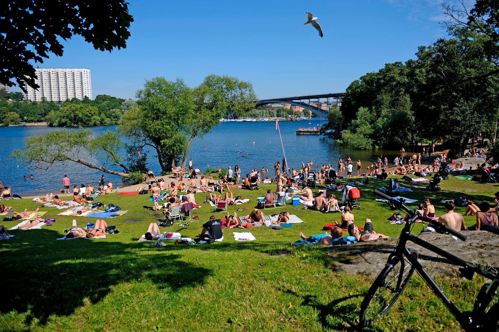 Badstranden på Långholmen är populär under varma sommardagar.