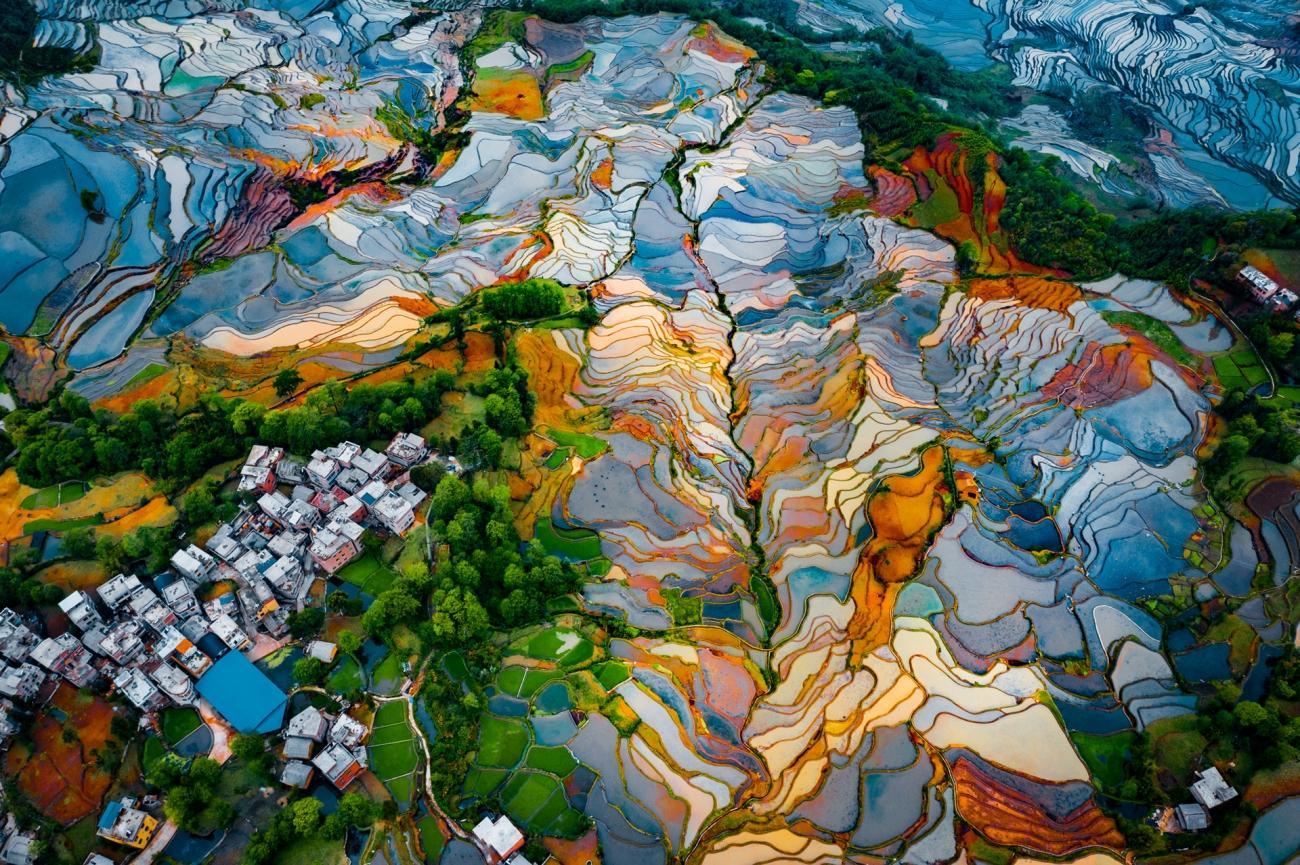 """""""En spektakulär vy över de berömda Duoyishu -terrasserna där ris odlas. Färgerna i de olika nivåerna på risfälten skapar en unik effekt."""""""