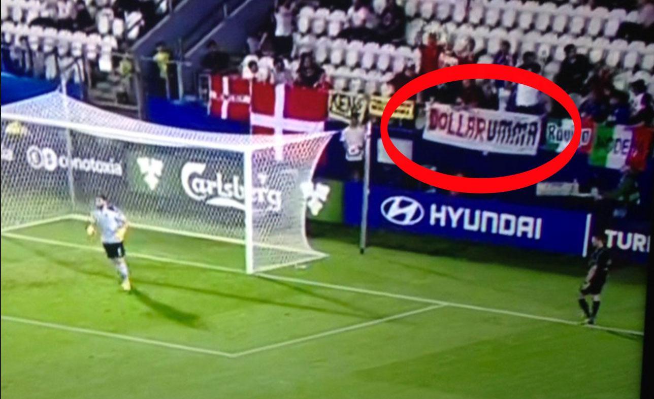 """""""Dollarumma"""" går det att läsa på skylten."""