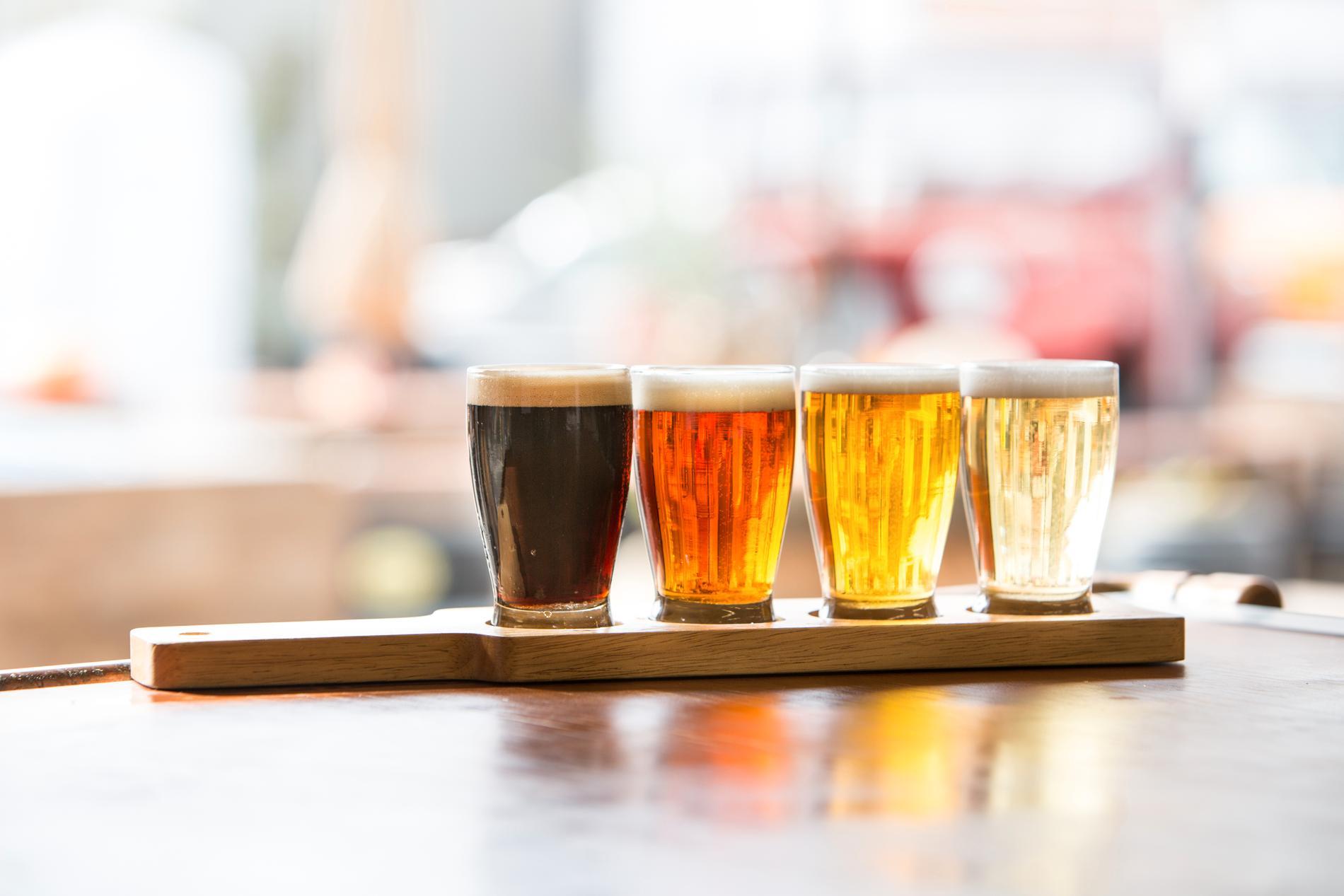 Välj ut några olika ölsorter, 4–6 stycken är lagom.