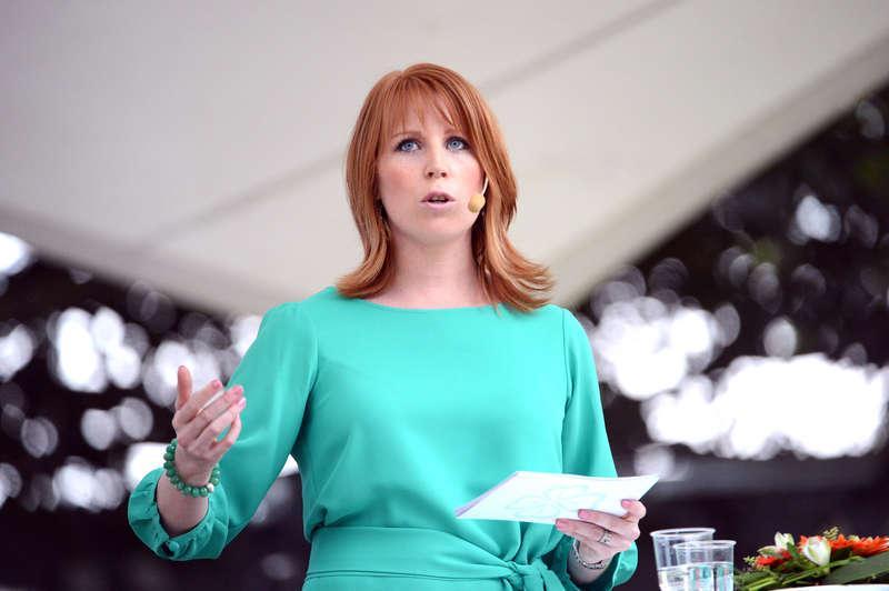 """Gick till hårt angrepp  Centerpartiets ledare Annie Lööf tog bladet från munnen under sitt tal i Almedalen i går. Hon gick till hårt angrepp mot sina allianskollegor och kritiserade bland annat bristen på reformambitioner. """"Det gemensamma projektet har tappat fart. Projektets glöd har falnat"""" sa hon. De andra partiledarna i alliansen ville i går inte kommentera Lööfs utspel."""