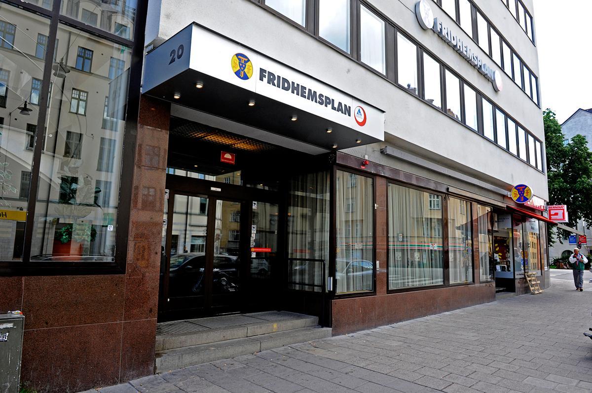 Under dagen kommer polisen att samla vittnesmål för att få en bild av vad det är som har hänt i rummet på vandrarhemmet i Stockholm.