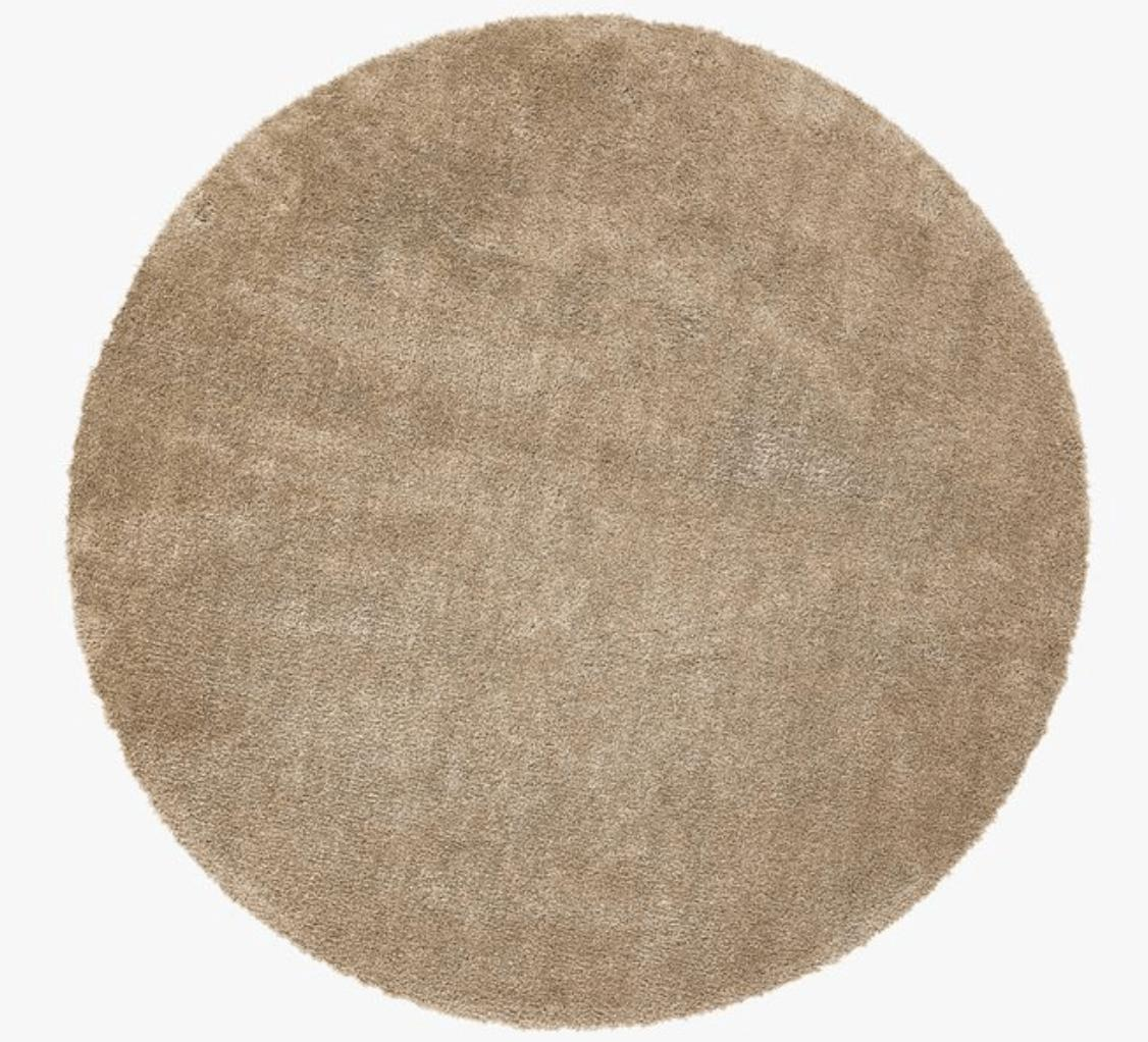 Runda mattor ger bra kontrast till kantiga möbler.