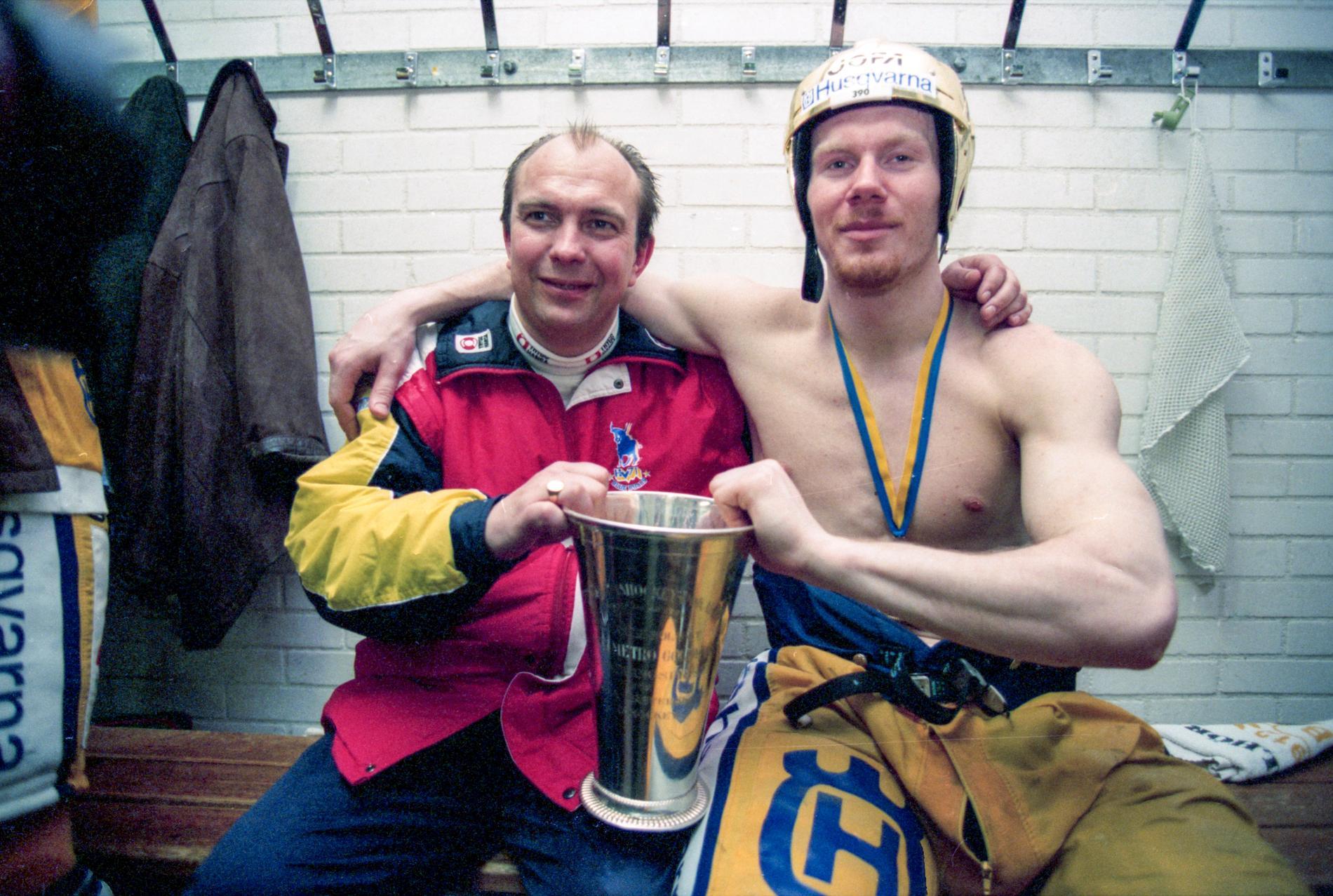 Sune Bergman och matchvinnaren Johan Lindbom efter SM-guldet 1995.
