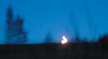 Ljusfenomen som tre jägare rapporterat att de såg och fotograferade utanför Gällivare den 1 oktober 2004 vid 19-tiden.