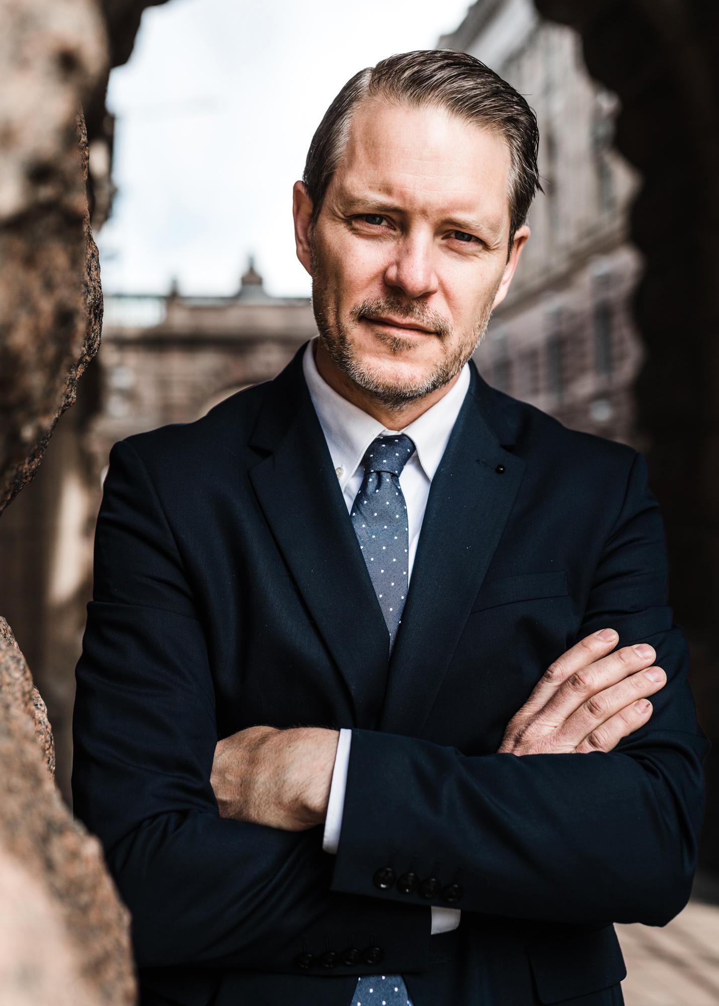 Lars Hjälmered (M), kallar näringsministern till riksdagen