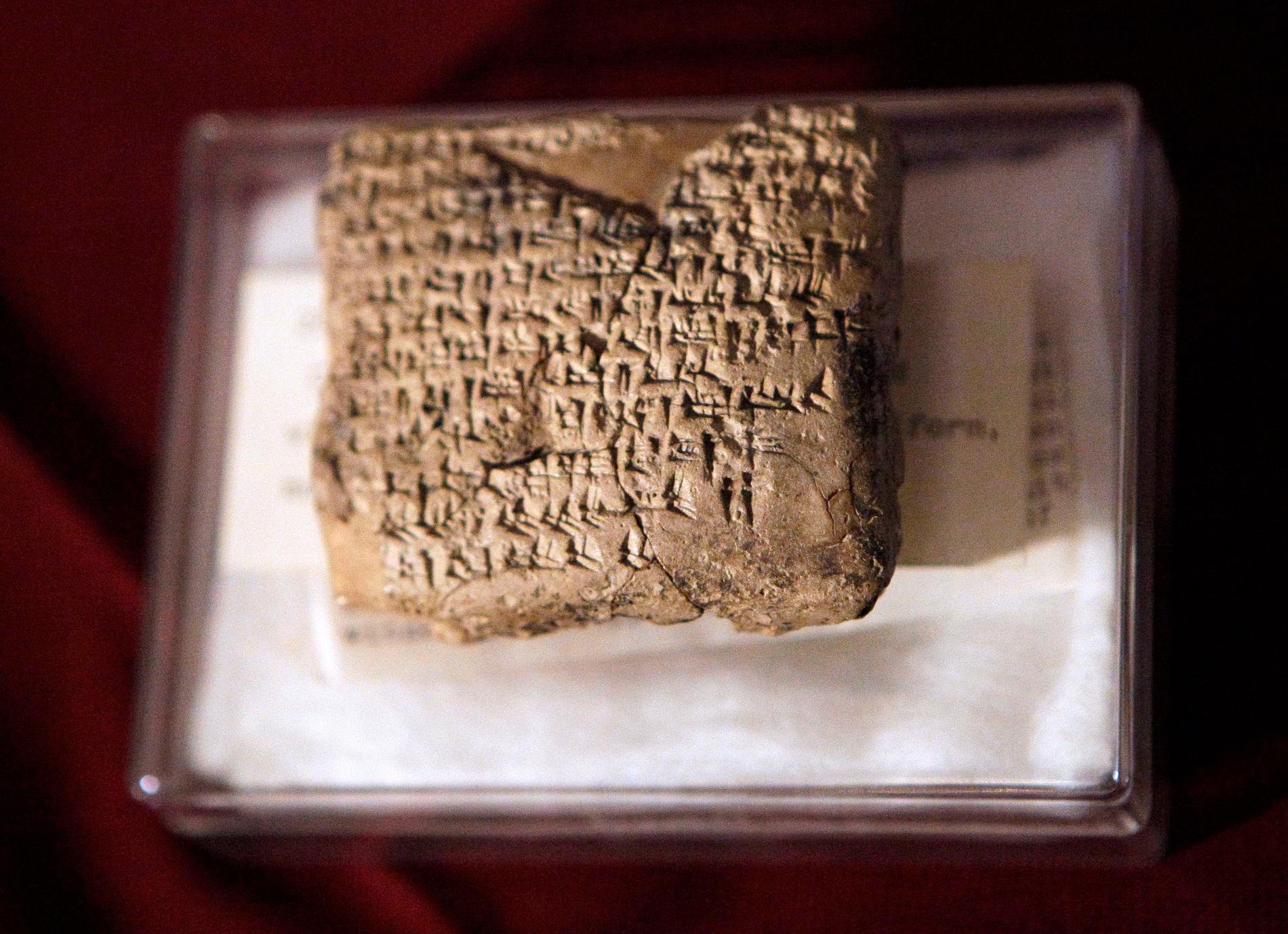 Ett stort antal antika kulturföremål stals från Irak i samband med invasionen 2003. På bilden en sumerisk lertavla som stals från Irak och återbördades av Tysklands regering 2012. Arkivbild.