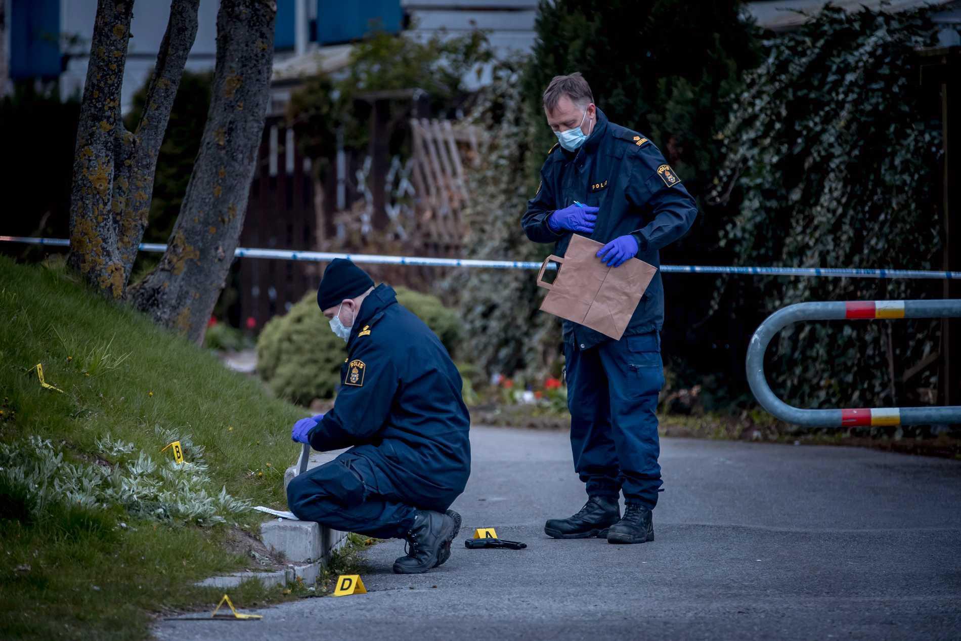 Polis säkrar spår utanför källaren där kvinnan våldtogs.