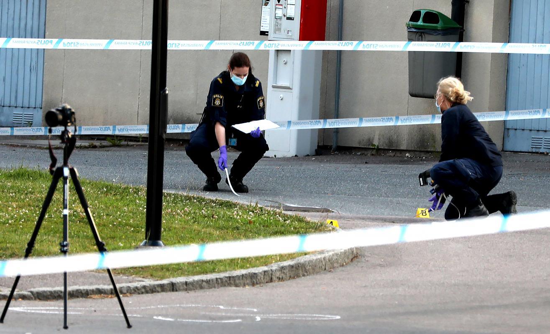 Polistekniker  i Biskopsgården, Hisingen i Göteborg efter att en polis skjutits till döds.