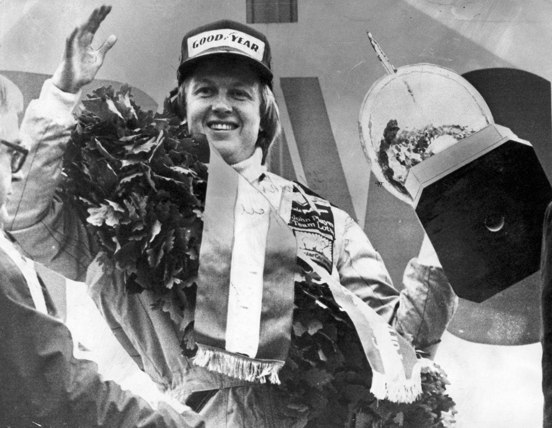 Ronnie Peterson jublar efter sin andra GP-seger för säsongen 1978 på Zeltwegbanan i Österrike. Arkivbild.