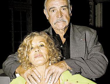 """Inte långsint. Sean Connerys nuvarande hustru Micheline försvarar sin man: """"Om han gav sig på mig skulle jag döda honom. Han är väldigt otålig och blir förbannad över småsaker, men det varar bara i 20 sekunder, sedan är det över"""", har hon sagt. """"Han är den mest ömsinta man jag känner."""""""