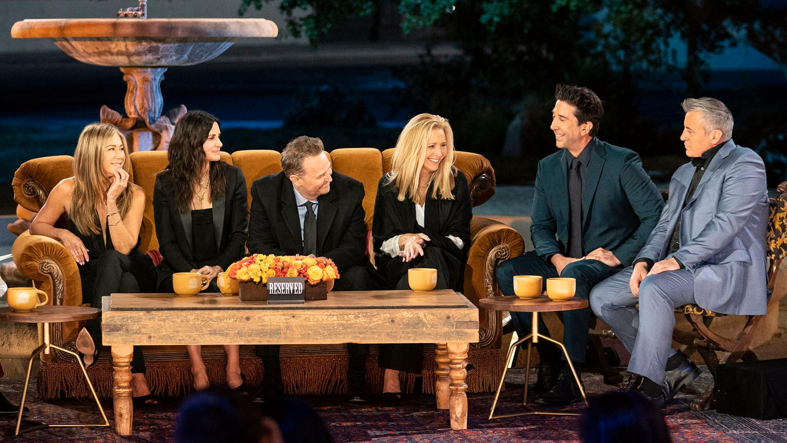 """Återföreningen av """"Vänner"""" 2021. Från vänster Jennifer Aniston, Courteney Cox, Matthew Perry, Lisa Kudrow, David Schwimmer och Matt LeBlanc."""