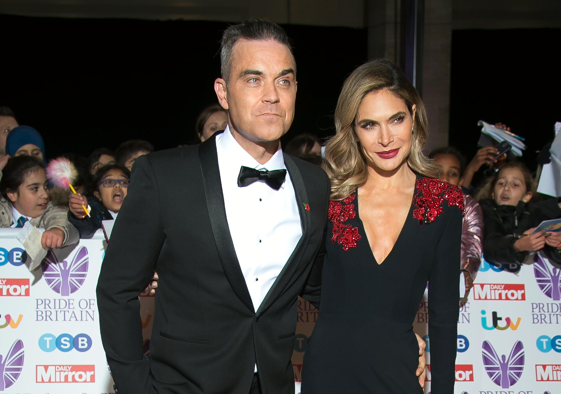 Robbie Williams tillsammans med Ayda Field, som även hon sagt att hon kissat i en pool.