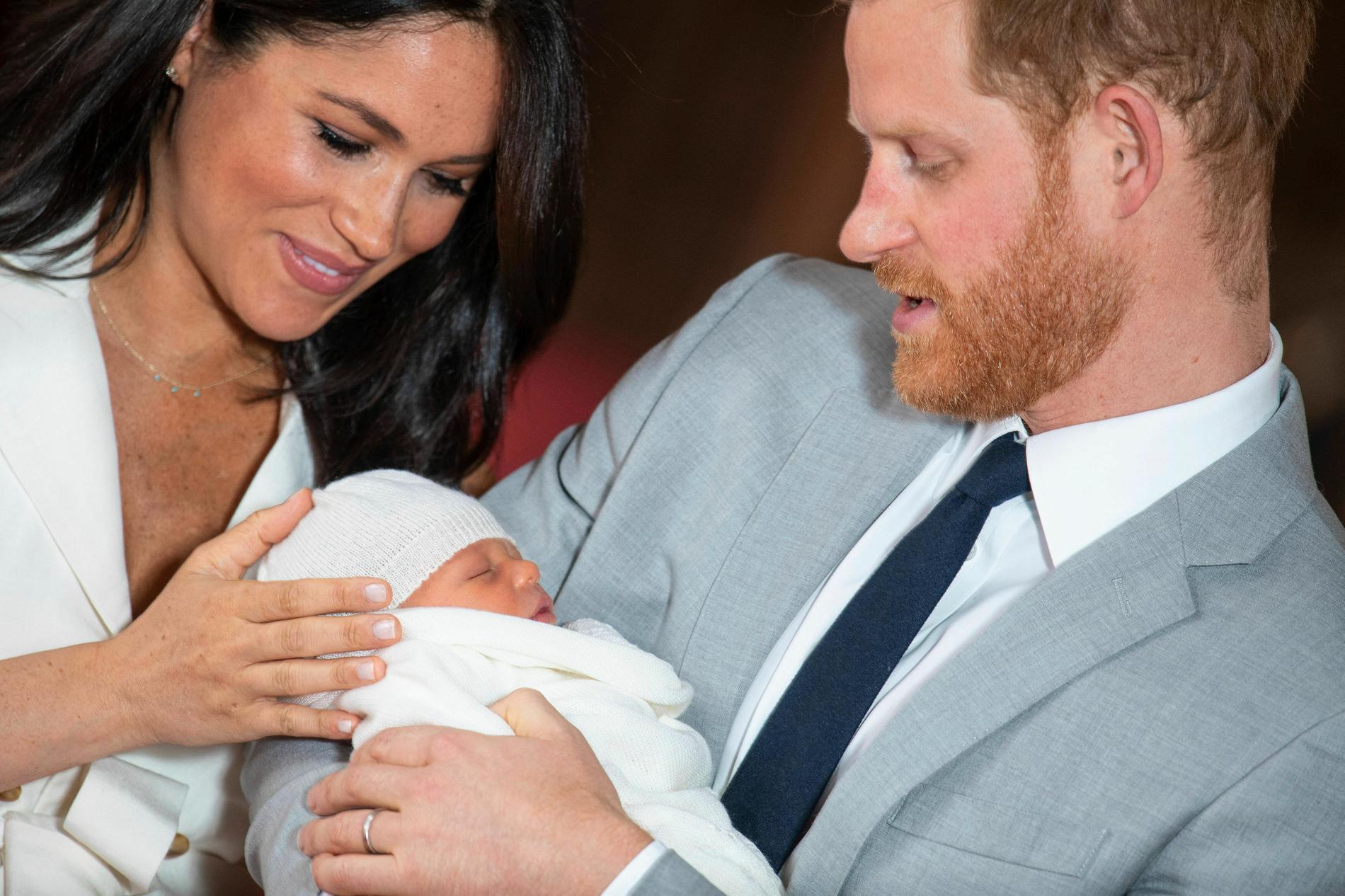 Hertigen och hertiginnan av Sussex med sitt första barn, Archie Harrison Mountbatten-Windsor, när han var nyfödd. Nu ska han få ett syskon.