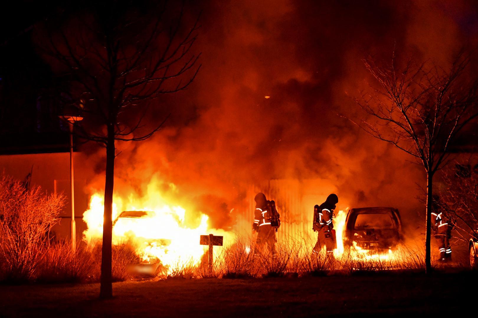 Flera räddningsenheter arbetade inatt med att släcka bilbränder kring Augustenborgs torg i Malmö.