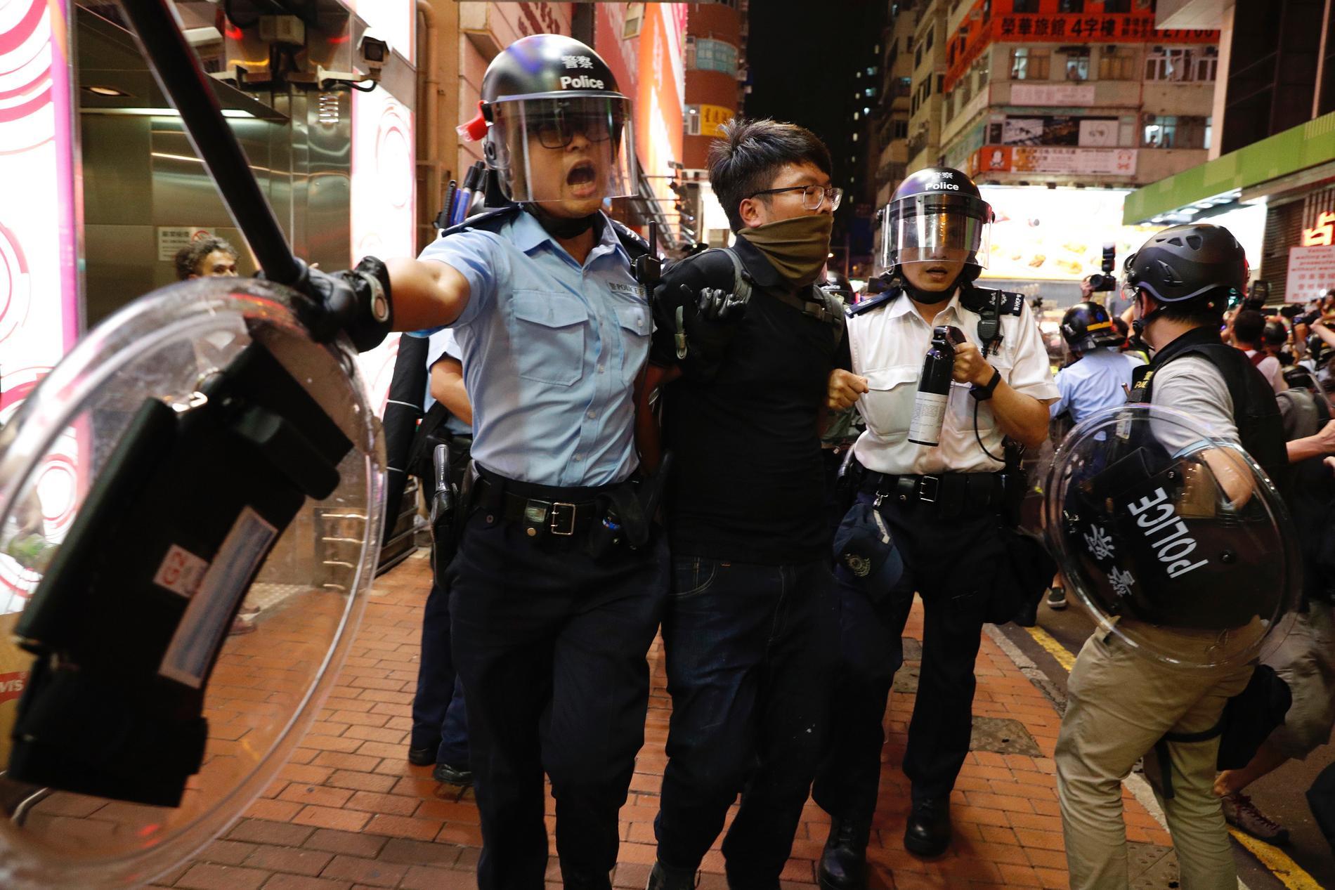 Polis i Hongkong grep minst fem personer under söndagens demonstrationer.