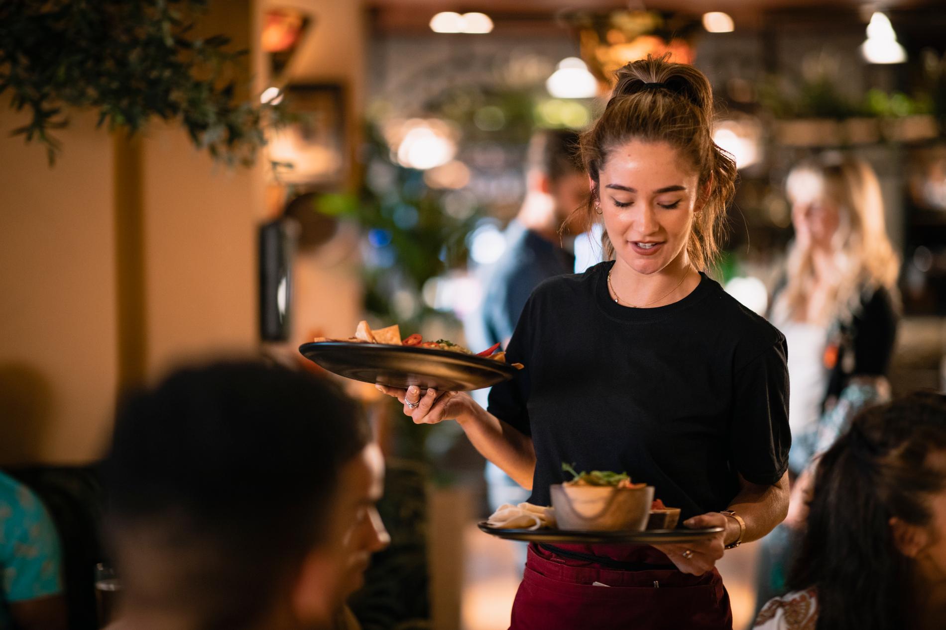 Medellönen för en servitris eller servitör 19.077 kronor i månaden.