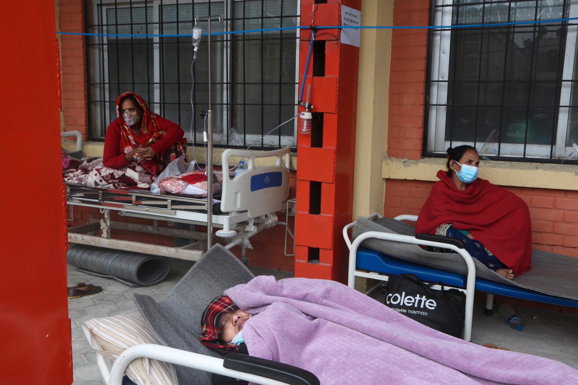 I Nepal räcker sjukvården inte till och de covidsjuka får ligga i sängar utanför klinikerna.