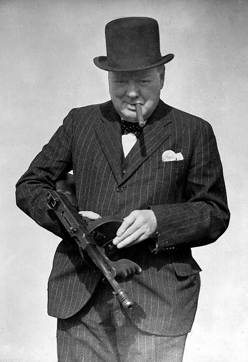 Winston Churchill (1874–1965) provskjuter en kulsprutepistol 1940.