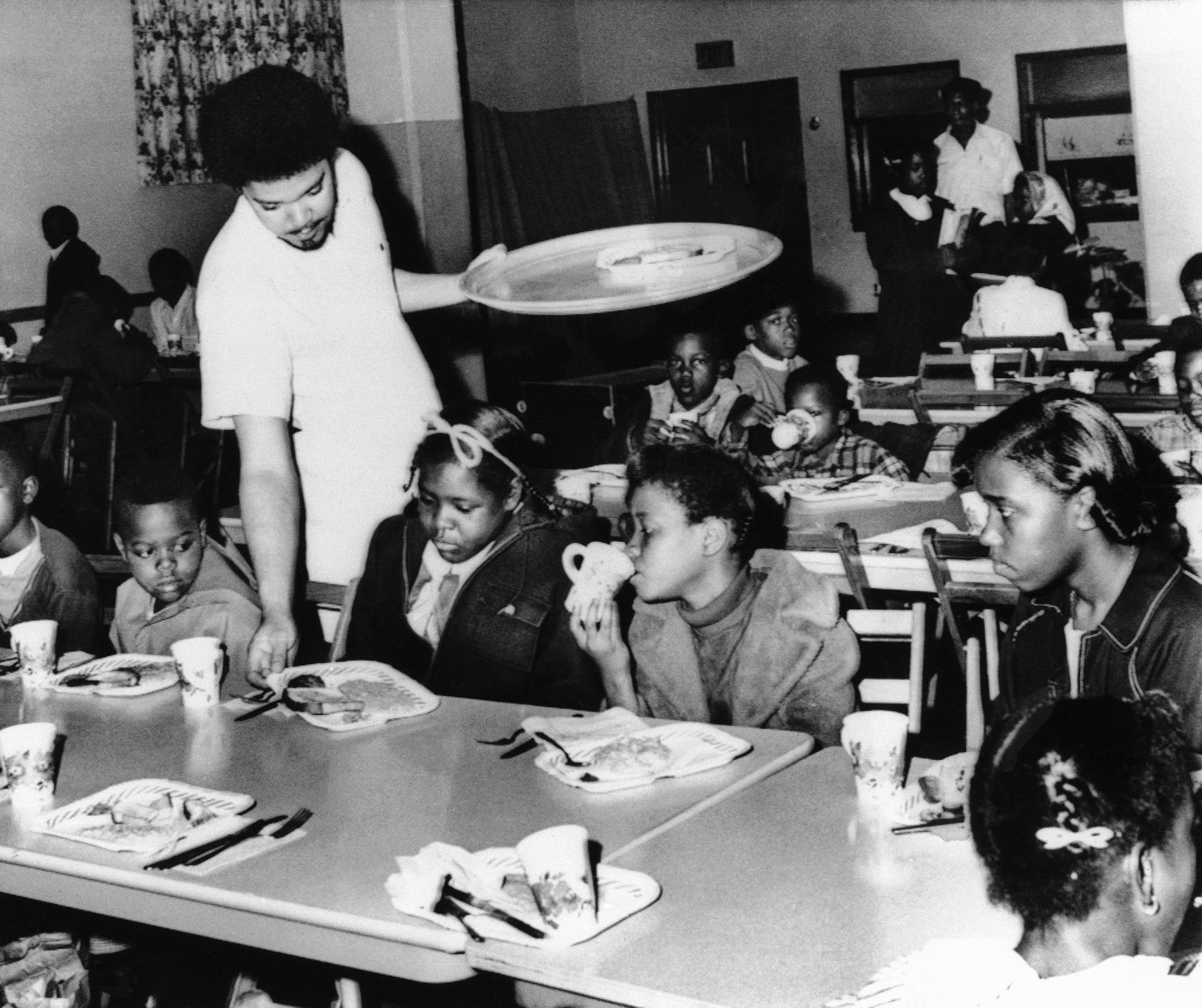 Bill Whitfield, medlem i Svarta pantrarna serverar gratis frukost till skolbarn i Kansas city 1969.