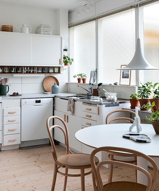 Köket är original endast knopparna har bytts ut mot handtag i obehandlad björk från Norrgavel.