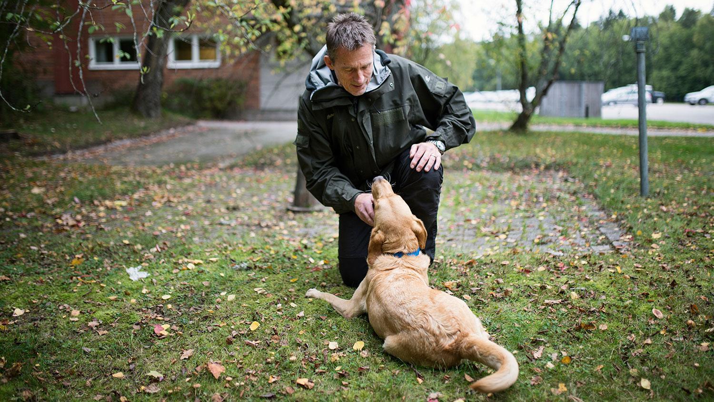 """Snart går Lars-Göran i pension och det gör även Ace som fyller åtta år i år. """"Båda min hundar är så pass gamla att jag får dem i gåva av staten"""", berättar Lars-Göran."""