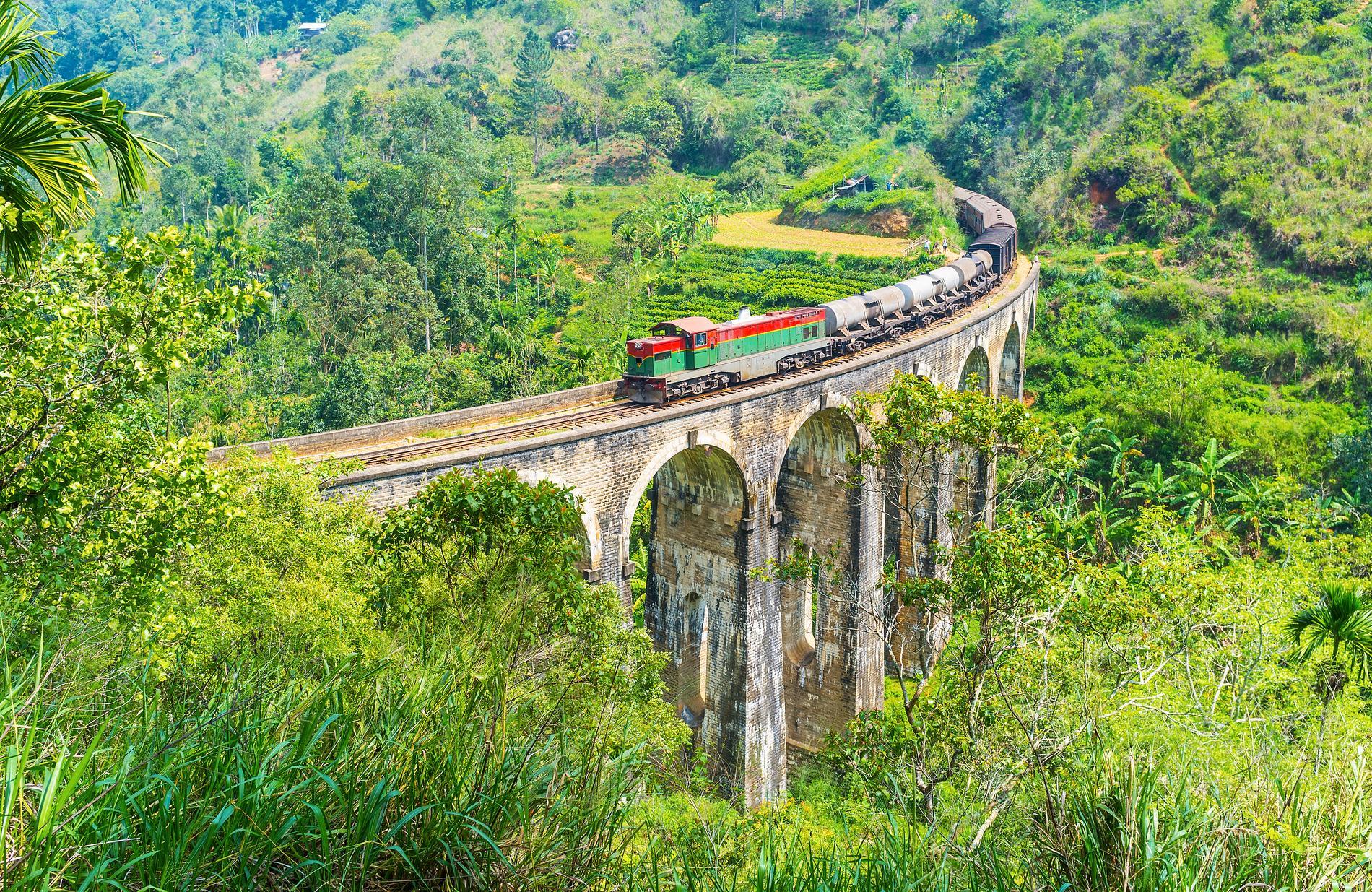 Tågresan i Sri Lanka går över Nine Arch-bron.