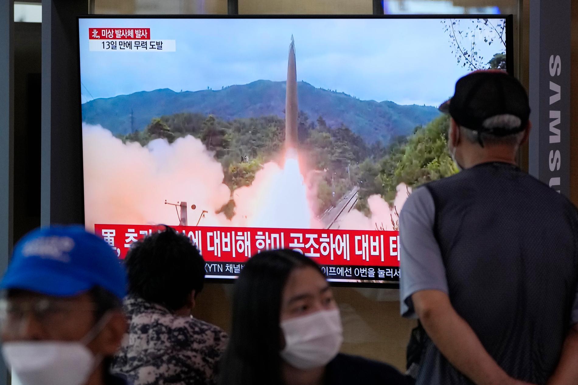 Sydkoreaner ser på tv-bilder av Nordkoreas senaste robottest.