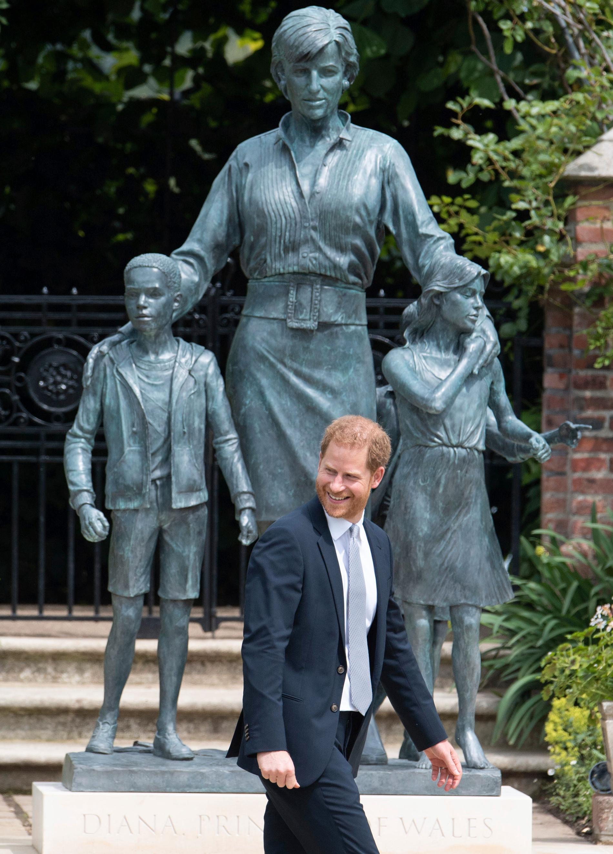 Prinsessan Diana av Wales hedras med en ny staty utanför sitt forna hem Kensington Palace. Sonen prins Harry var en av de som deltog vid dagens avtäckning.