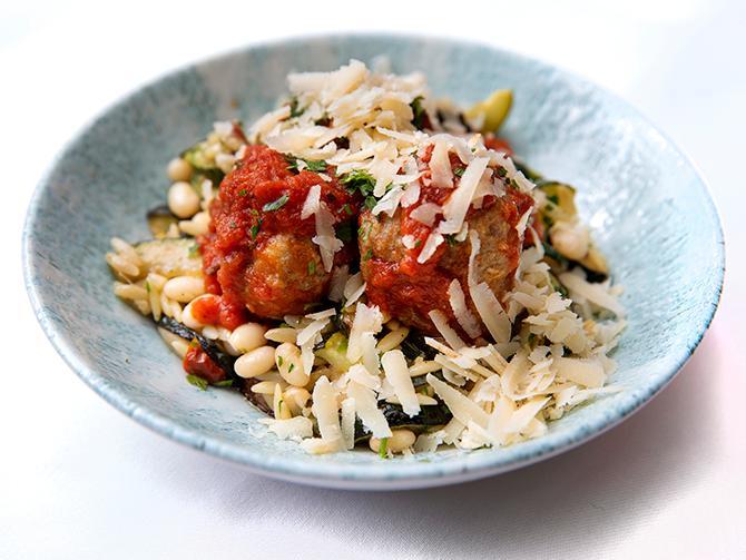 Snabb rätt att hämta upp. Kalvköttbullar i tomatsås med risoni och bönor.