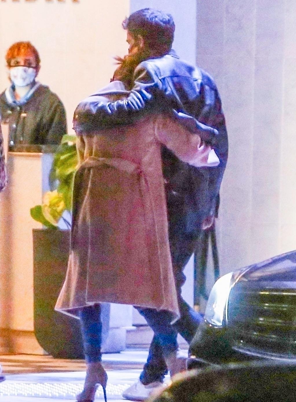 Jennifer Lopez och Ben Affleck håller om varandra efter en romantisk dejt.