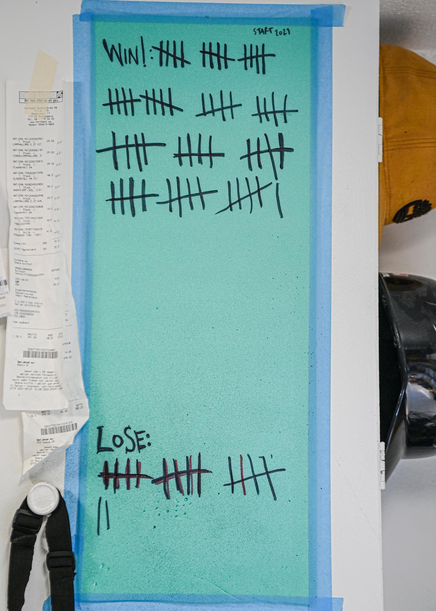 Erik Fröderberg håller noga räkning på prylarna han lagat nere i verkstan: 66 vinster, 17 förluster.