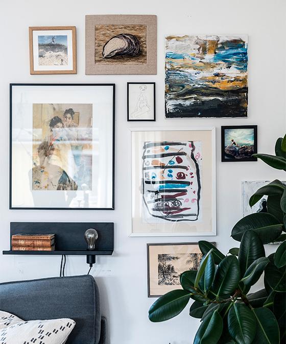 Vackra tavelväggar genomsyrar hemmet och här samsas egengjord konst och barnteckningar med fasters textilkonstverk och tavlor från morfars gamla sovrum.