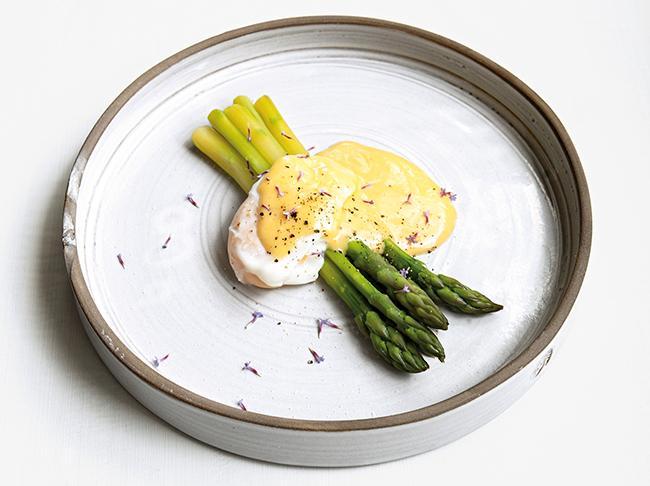 Grön sparris – med ägg och hollandaise