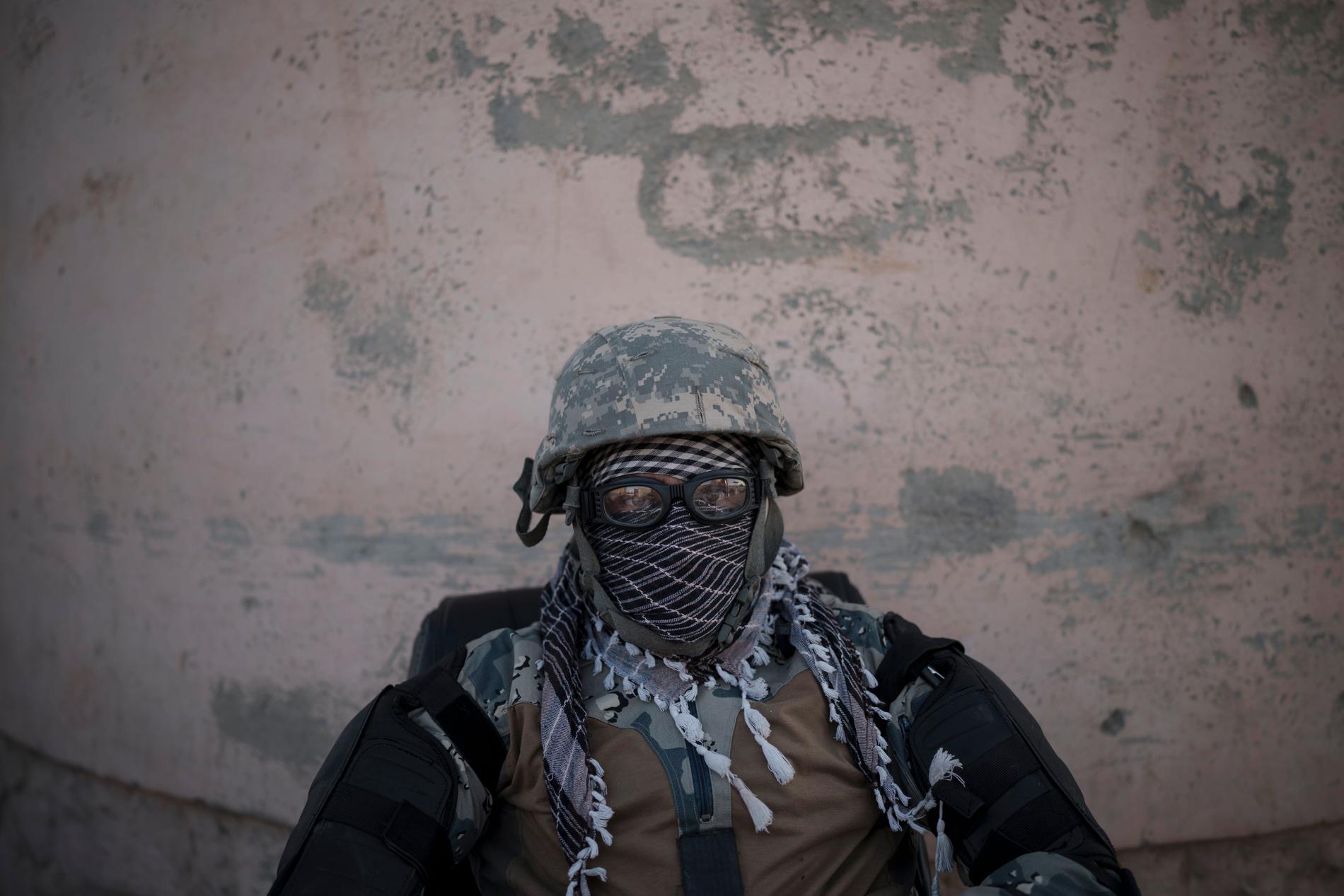En talibansoldat på vakt vid entrén till ett fängelse i Kabul.