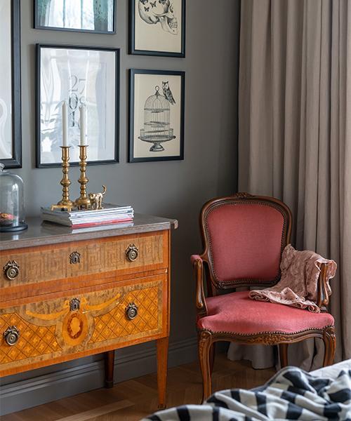 Emilia och Johan har fått ärva en hel del möbler efter sina mor- och farföräldrar. Byrån är ärvd efter Johans mormor, och stolen efter Emilias mormor. Mässingsljusstakar, arvegods från Johans mormor och morfar